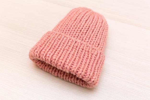 Sombrero de lana de mujer rosa sobre fondo blanco.