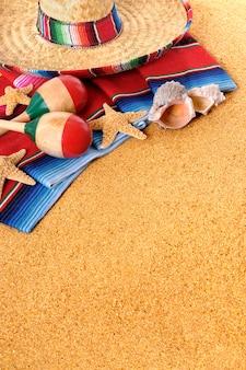 Sombrero y maracas mexicanos en la playa