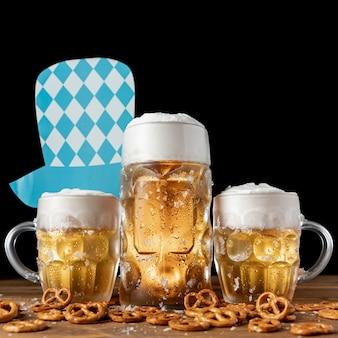 Sombrero oktoberfest con jarras de cerveza y bocadillos.