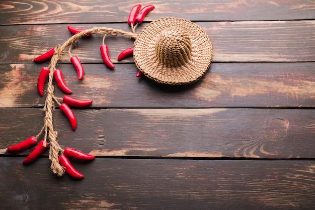 Sombrero ornamental y chili