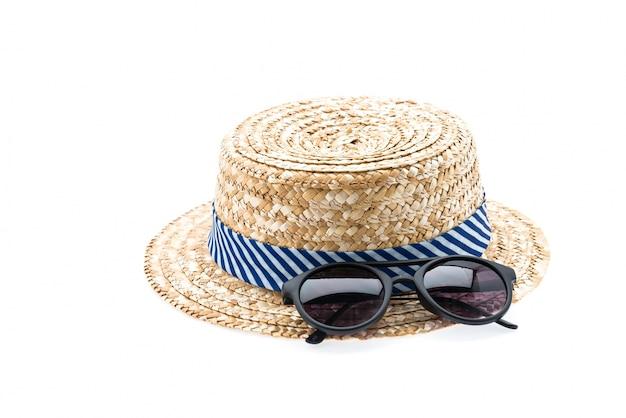 Sombrero de paja aislado en blanco
