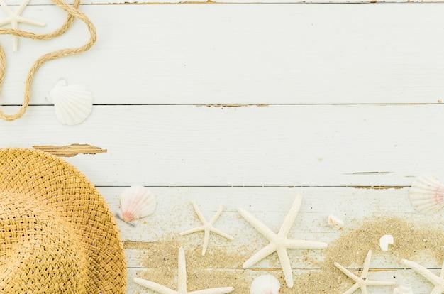 Sombrero de paja con estrellas de mar y conchas.