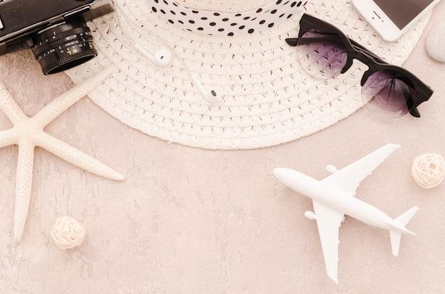 Sombrero de paja con gafas de sol y avión de juguete.