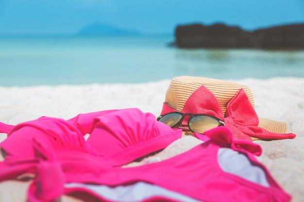 Sombrero de paja y gafas de sol en la playa