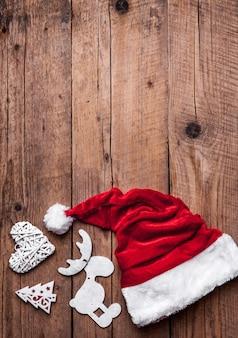 Sombrero de papá noel, juego de navidad, regalo y árbol de navidad.