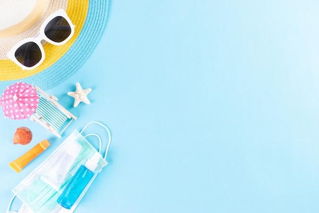 Sombrero de playa, gafas de sol con mascarilla médica y bloqueador solar. verano nuevo normal