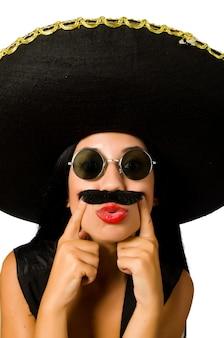 Sombrero que lleva de la mujer mexicana joven aislado en blanco