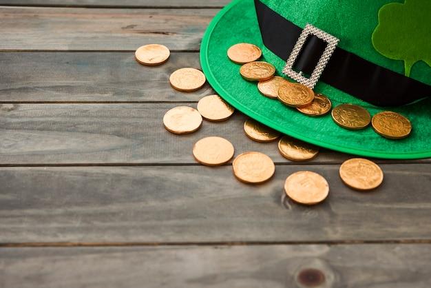 Sombrero de san patricio con trébol decorativo y monedas de oro.