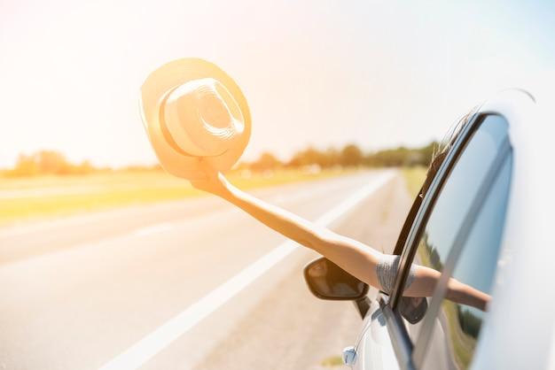 Sombrero a través de ventana de coche
