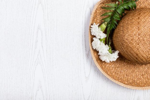 Sombrero de verano con flores y espacio de copia