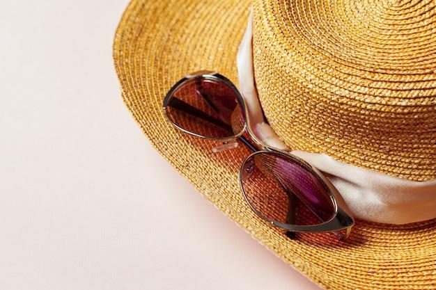 Sombrero de verano y gafas de sol