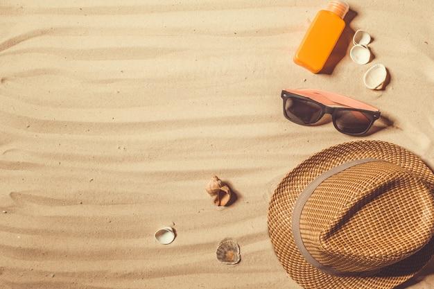 Sombrero de verano puesto en la playa tropical de arena