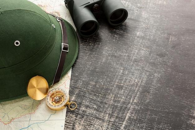 Sombrero de viaje en primer plano con binoculares