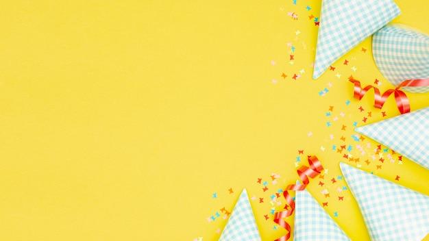 Sombreros de fiesta y confeti con copyspace