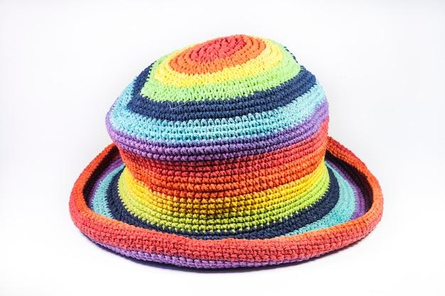 Sombreros de lana de tejer coloridos sobre fondo blanco.