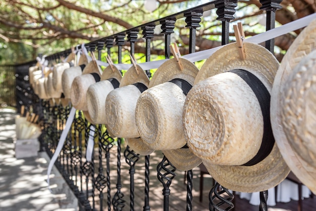 Sombreros de paja para decoración de bodas. de cerca.