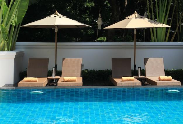 Sombrilla de cubierta y piscina.