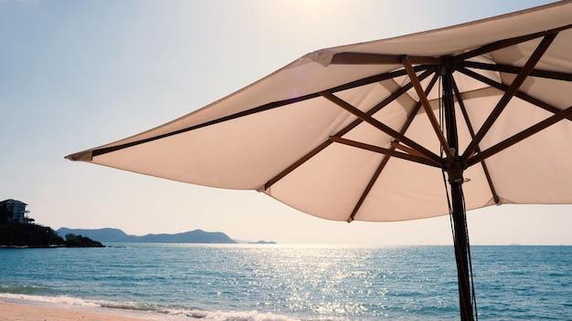 Sombrilla de playa de tela blanca