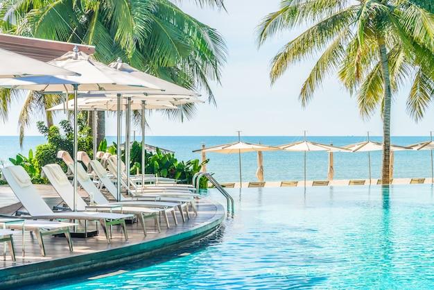 Sombrilla con silla en hotel piscina resort