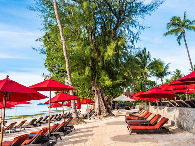 Sombrilla y silla en la playa tropical mar y océano.