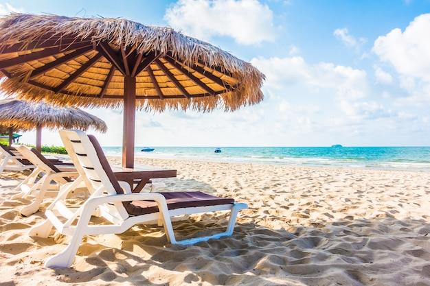 Sombrilla y silla en la playa.