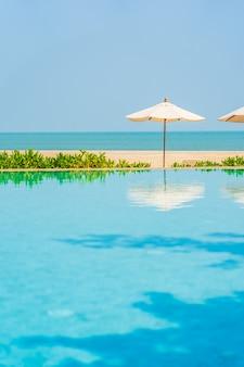 Sombrillas alrededor de la piscina al aire libre