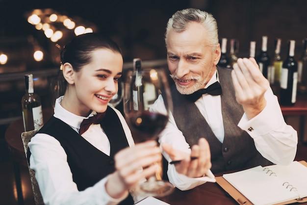 Sommelier seguro degustación de vino en el restaurante.