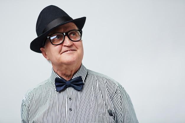 Soñador senior en sombrero