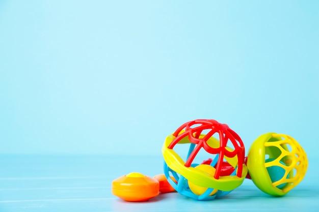 Sonajeros coloridos para niños