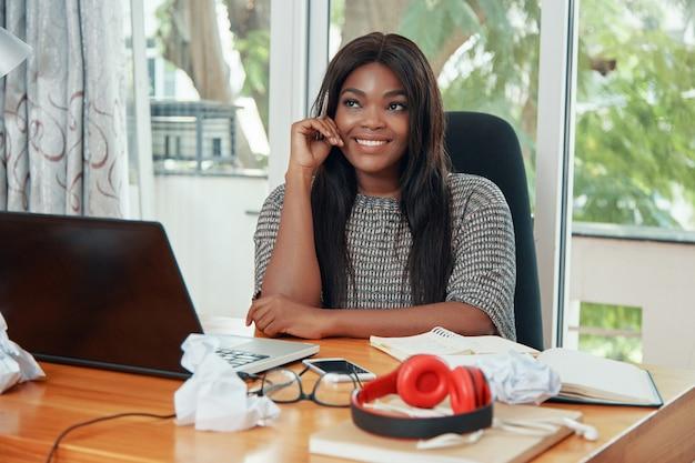 Soñando empresaria adulta en la oficina