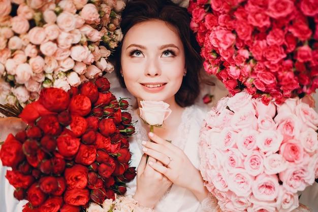 Soñando joven mujer y flores. aromaterapia