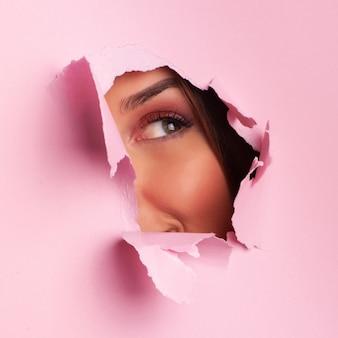 Soñando niña emociones sorprendidas. banner de publicidad salón de belleza con espacio de copia