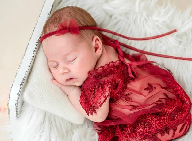Soñando recién nacido en cama pequeña