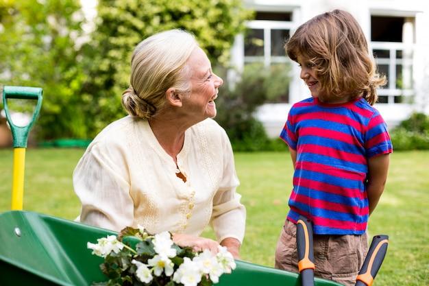 Sonriendo abuela con nieto en el patio