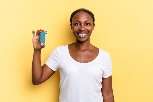 Sonriendo alegremente con una mano en la cadera y una actitud confiada, positiva, orgullosa y amistosa. concepto de asma