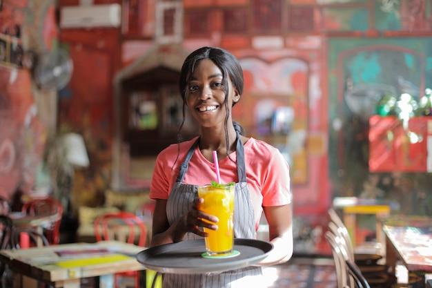 Sonriendo bonita camarera afro