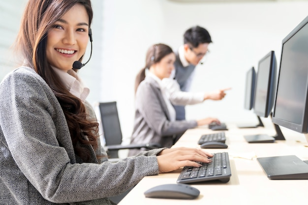Sonriendo call center trabajando