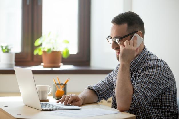 Sonriendo cliente asesor masculino en línea