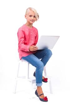 Sonriendo colegiala aprende y se comunica.