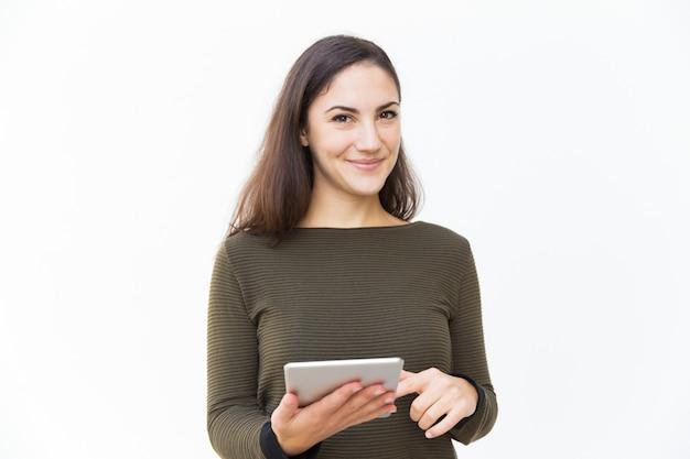 Sonriendo confía en hermosa mujer sosteniendo tableta