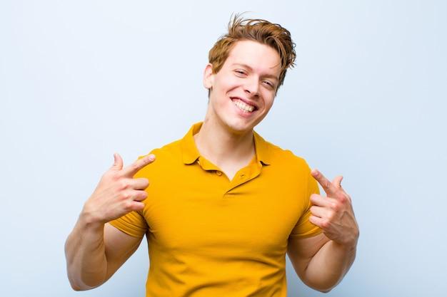 Sonriendo con confianza señalando su propia sonrisa amplia, actitud positiva, relajada y satisfecha