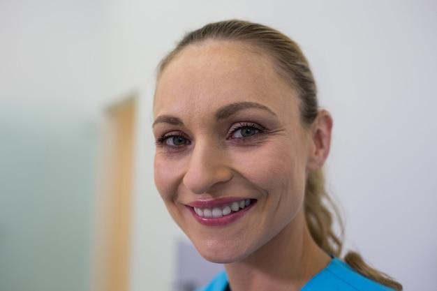 Sonriendo dentista en clínica
