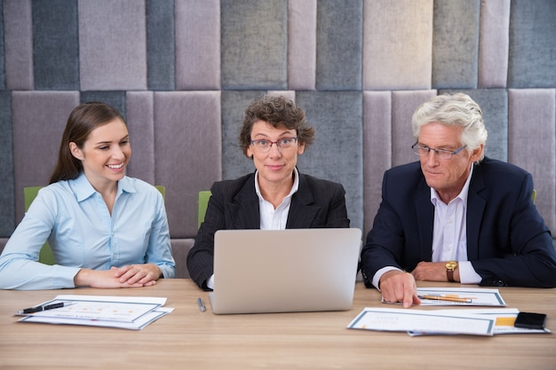Sonriendo empresario de sexo masculino ejecutivo de confianza