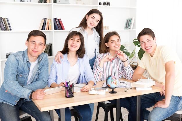 Sonriendo estudiantes en la biblioteca