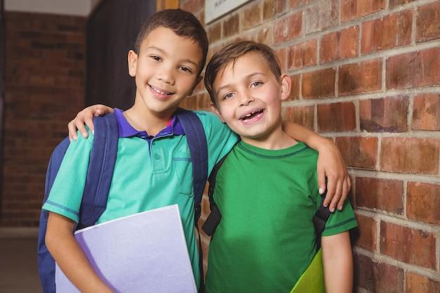Sonriendo estudiantes felices mirando a la cámara
