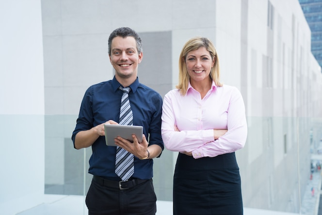 Sonriendo exitoso equipo de negocios siendo líder en su campo.