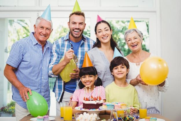 Sonriendo familia multigeneración celebrando una fiesta de cumpleaños