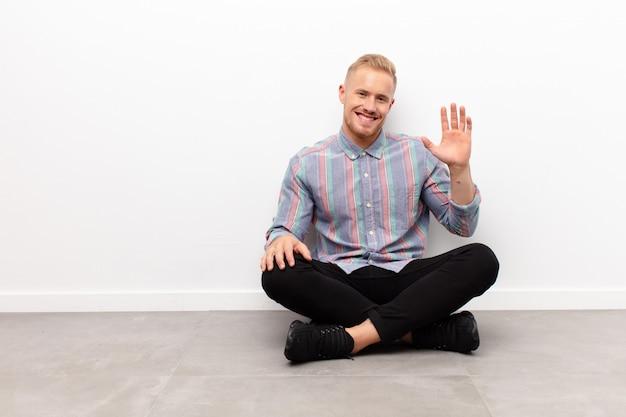 Sonriendo feliz y alegremente, saludando con la mano, dándote la bienvenida y saludándote, o diciendo adiós