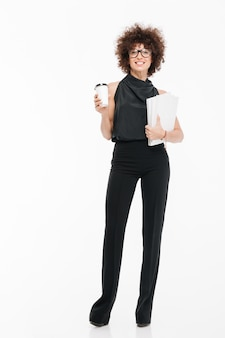 Sonriendo feliz empresaria en ropa formal