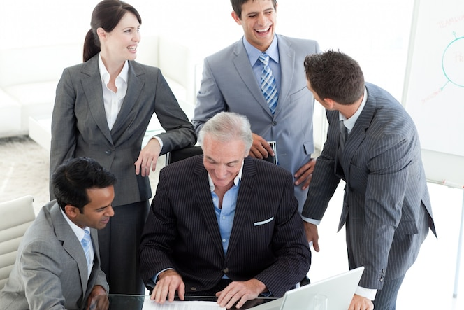 Sonriendo gente de negocios internacionales estudiando un documento